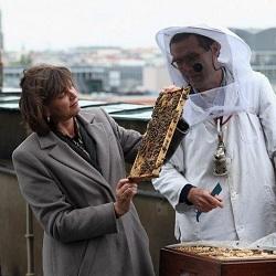 Ильзе Айгнер поднялась на крышу Берлинского кафедрального собора ради пчел